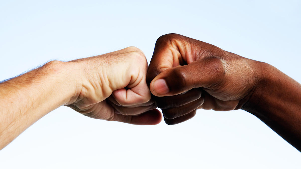 Scientists found : fist-bumping more hygienic than shaking hands